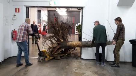 Pumppukärryllä näyttelytila Puristamoon.